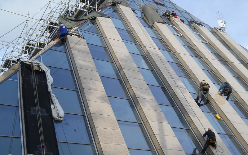 Mycie szyb w wysokich budynkach